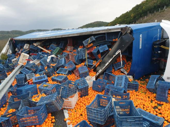 Truck crashes and floods road with... oranges