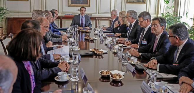 Bankers back down on fee hikes after meeting with PM Mitsotakis