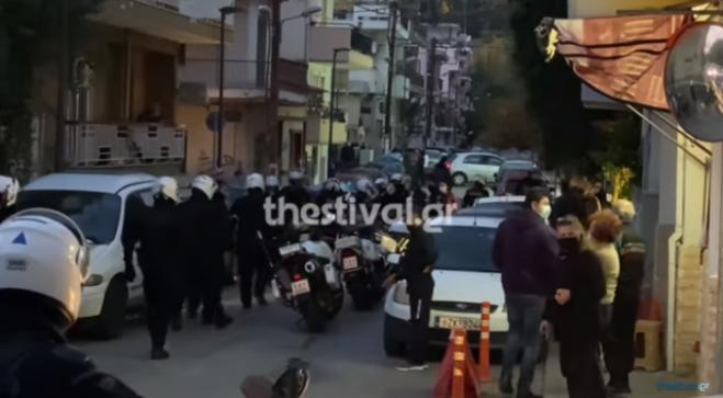 Thessaloniki: Young people beat police officers who went to check on them - One injured (vid)