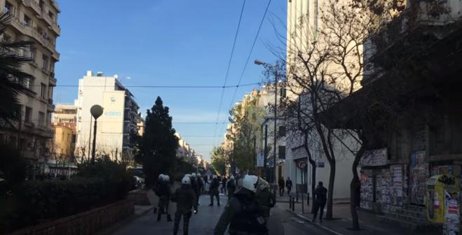 Anarchists block roads in downtown Athens & clash with police forces (vid)