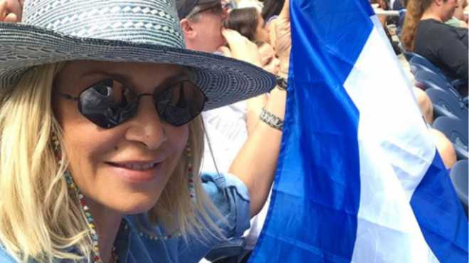 Anna Vissi gets reprimanded for waving Greek flag at Tsitsipas game